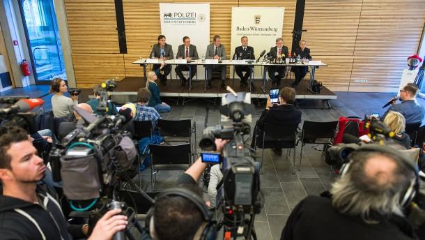 © dpa Großen Andrang gab es bei der Pressekonferenz, bei der die Polizei am Samstag die Festnahme bekanntgab. Die wird jetzt Diskussionsstoff bieten.