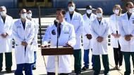 Der für Donald Trump verantwortliche Arzt, Sean Conley, und dessen Team am Samstag während des Statements zum Gesundheitszustand des Präsidenten.