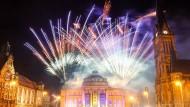 Zu früh gezündet? Mit einem Feuerwerk auf dem Opernhaus am Theaterplatz feiern die Chemnitzer die Ernennung als Kulturhauptstadt 2025