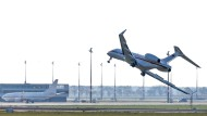 Das Flugzeug vom Typ Global 5000 bei der Notlandung vergangenen Dienstag am Flughafen Schönefeld