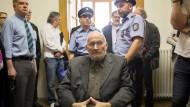 Der deutsche Rechtsextremist Horst Mahler (Mitte) sitzt im Mai 2017 in Budapest vor Prozessbeginn im Budapester Stadtgericht. Das Gericht hatte den aus Deutschland geflüchteten Holocaustleugner zuvor in vorläufige Abschiebehaft genommen.