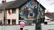 """Eigenwilliges Gedenken: Ein Gemälde in Belfast erinnert an zwei Kämpfer der """"Irisch-Republikanischen Armee"""", die 1973 von britischen Soldaten erschossen wurden."""