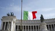 Auf Halbmast: Gedenken in Italien an die Opfer von Covid-19.