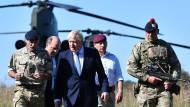 Am Donnerstag kündigte der britische Premierminister Boris Johnson neue Militärinvestitionen an. Auf dem Bild ist er (Mitte) mit Verteidigungsminister Ben Wallace (zweiter von links) bei einem Truppenbesuch im September 2019 zu sehen.