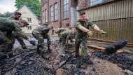 Soldaten der Bundeswehr helfen bei den Aufräumarbeiten der schweren Unwetterschäden im Hagener Ortsteil Hohenlimburg