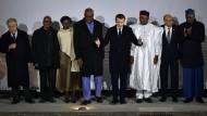 Frankreichs Präsident Macron mit seinen Gästen beim Gipfel in Pau