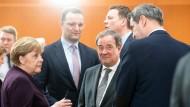Auf dem ersten Höhepunkt der Corona-Krise: Kanzlerin Merkel mit den Ministerpräsidenten Armin Laschet (CDU), Markus Söder (CSU) und Tobias Hans (hinten rechts), neben Hans: Gesundheitsminister Jens Spahn (CDU)