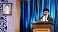 Irans oberster Führer Ajatollah Ali Chamenei predigt während der Freitagsgebete in Teheran