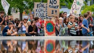 "Teilnehmer der Klimademonstration ""Fridays for Future"" am 16. August mit ihren Transparenten im Invalidenpark in Berlin"