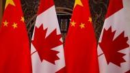 Kanadische und chinesische Flaggen beim Treffen zwischen Kanadas Premierminister Justin Trudeau und Chinas Staatspräsident Xi Jinping 2017