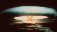 Atommacht Frankreich: Nach der Explosion einer französischen Atombombe 1971 schwebt dieser riesige Atompilz über dem Mururoa-Atoll in der Südsee.