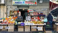 Wehe, wem das Geld ausgeht: Verkäufer an einem Obststand in Neapel
