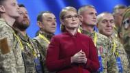 Julia Timoschenko nimmt mit Veteranen der ukrainischen Armee am Dienstag in Kiew an einer Kundgebung teil.