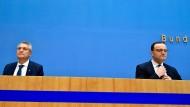 Besorgt über die aktuelle Entwicklung der Pandemie: RKI-Chef Lothar Wieler (links) und Bundesgesundheitsminister Jens Spahn (CDU)