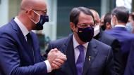 Zyprischer Präsident Nikos Anastasiadis (r.) mit EU-Ratspräsident Charles Michel