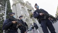 Polizisten sichern nach der Messerattacke in Nizza die Kirche Notre-Dame.