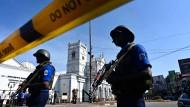 Polizisten sichern einen der Anschlagsorte in Colombo.