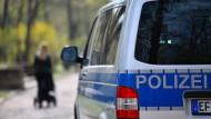 Ein Dienstfahrzeug der Thüringer Polizei fährt durch Erfurt (Symbolbild).