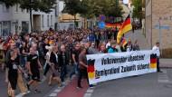 Rechtsextreme ziehen im September 2018 durch den sächsischen Ort Köthen