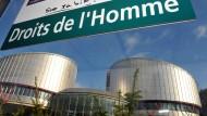 """Ein Schild mit der französischen Aufschrift """"Droits de l'homme"""" (Menschenrechte) vor dem Gebäude des Europäischen Gerichtshofs für Menschenrechte (EGMR) in Straßburg (Archivbild)"""