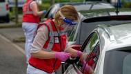 Eine Mitarbeiterin spritzt Anfang Juni bei einer Drive-in-Impfaktion in Meerbusch eine Dosis Impfstoff von Johnson & Johnson.