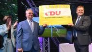 Reiner Haseloff (Mitte, CDU), Ministerpräsident von Sachsen-Anhalt, und der CDU-Landesvorsitzende Sven Schulze am Sonntag in Magdeburg