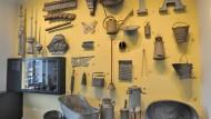 Zeugnisse des Alltags im Zinn-Miniaturstaat: Selbst Eimer und Waschbrett sind es wert, ausgestellt zu werden.