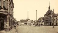 Damals so leer wie heute: der Marktplatz von Frohburg mit Rathaus und dem Hotel Zur Post.