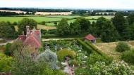 Hinter dem Küchengarten die weite Landschaft von Kent: Sissinghurst Castle and Gardens.