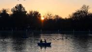 Nur ein kleiner Ersatz für das Meer, aber besser als nichts: Die Madrider lieben ihren See im Retiro-Park.
