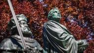Eine Szene, die für einen Tsunami sorgte: Statuen Luthers und Kurfürst Friedrich III. von Sachsen in Worms.