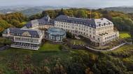 """Über dem Rhein thront das renovierte """"Steigenberger Grandhotel & Spa Petersberg"""" - hier spielt sich die Geschichte in engen Kurven ab."""