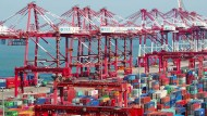 Container im Hafen von Cingdao, China.