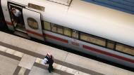Noch nicht zur Abfahrt bereit: Ein ICE steht im Berliner Hauptbahnhof am Bahnsteig.