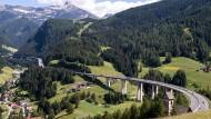Autos und LKW fahren über den Brenner.