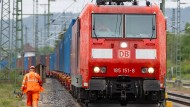 Ein Zug mit Containern steht auf Gleisen am Bahnhof. Künftig sollen in Rostock Hybrid-Lokomotiven in Zusammenarbeit mit dem japanischen Unternehmen Toshiba hergestellt werden.