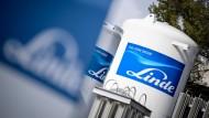 Das Logo des Industriegaskonzerns Linde ist auf Gasbehältern der Linde AG zu sehen.