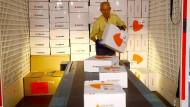 Pakete über Pakete: ein Versandlager in der Schweiz