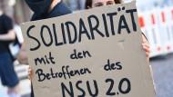 Halten die Erinnerung am Leben: Eine Demonstrantin während einer Kundgebung in der Wiesbadener Innenstadt im Juli 2020