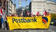 Beschäftigte der Postbank demonstrieren während eines Warnstreikes