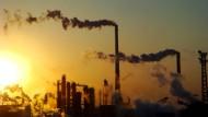 """Schornsteine einer Chemiefabrik in der nordchinesischen Stadt Tianjin: Auch mit China strebt die Bundesregierung eine """"Klimaallianz"""" an."""