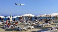 Flugs an den Strand: Ein Flugzeug steuert Zypern an.