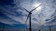 """Windräder des Offshore-Windparks """"Baltic 2"""" in der Ostsee vor der Insel Rügen"""