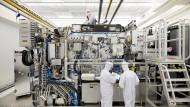 NXE 3400B-Maschine von ASML: Mit ihr lassen sich per EUV-Technik Strukturen auf einen Siliziumwafer auftragen, die feiner sind als ein Corona-Virus.