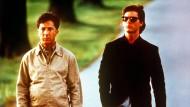"""Dustin Hoffman als Autist (links) mit einer Inselbegabung und Tom Cruise (rechts) als sein Bruder in einer Szene des Films """"Rain Man"""" (1988)."""