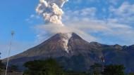 Nur wenig nördlich der Großstadt Yogyakarta: Der knapp 3000 Meter hohe Vulkan Merapi.