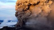 """Während der isländische Vulkan """"Eyjafjallajökull"""" im Mai 2010 Asche und Gase in die Luft schleudert, schlummert """"Katla"""" noch unter dem Eis (im Hintergrund)"""
