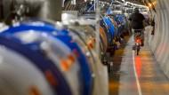"""Im unterirdischen Tunnel des 27 Kilometer langen """"Large Hadron Collider"""" während Reperaturarbeiten. Im größten Teilchenbeschleuninger und Speicherring des europäischen Forschungszentrums Cern bei Genf, kollidieren energiereiche Protonen miteinander. Dabei werden Prozesse ausgelöst, wie sie kurz nach dem Urknall stattgefunden haben."""