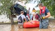 In Bad Neuenahr mussten am 15. Juli 2021 zahlreiche Menschen evakuiert werden. Statt extrem heiß wie in Nordamerika ist der deutsche Sommer überaus nass.
