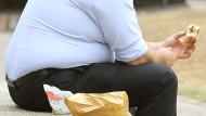 Mehrfachbelastung: Mangelnde Bewegung und ungesundes Essen erhöhen das Risiko von Typ-2-Diabetes – und vielleicht auch die Gefahr von Demenz.
